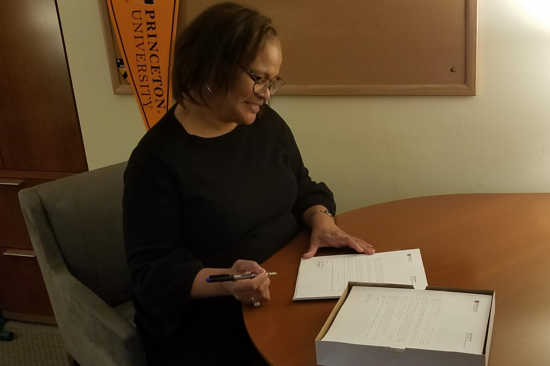 La Decana Richardson firmando las cartas de decisión